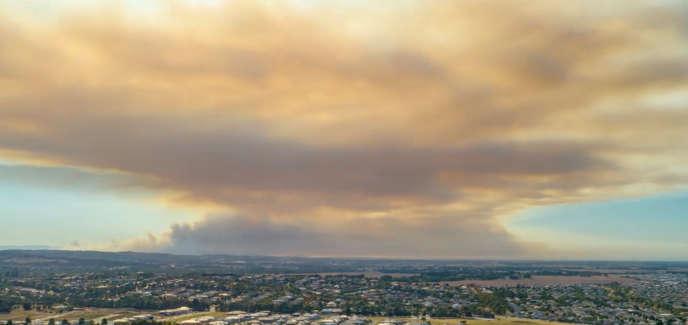 Un nuage de fumée recouvre le ciel, en raison d'un feu de brousse à Berwick, près de Melbourne, en Australie, le 2 mars 2019.