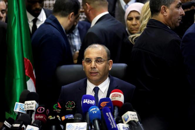 Le nouveau directeur de campagne, Abdelghani Zaâlane, fait une déclaration après avoir déposé le dossier de candidature dupresident Abdelaziz Bouteflika au Conseil constitutionnel, à Alger le 3 mars 2019.