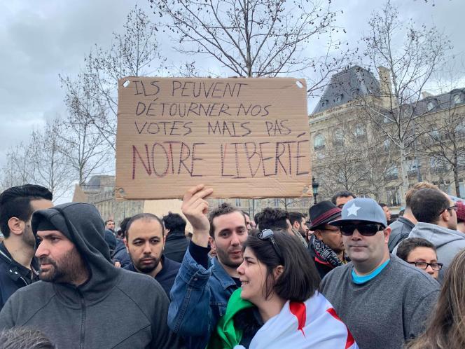 Manifestation de la diaspora algérienne, Place de la République à Paris, dimanche 3 mars.