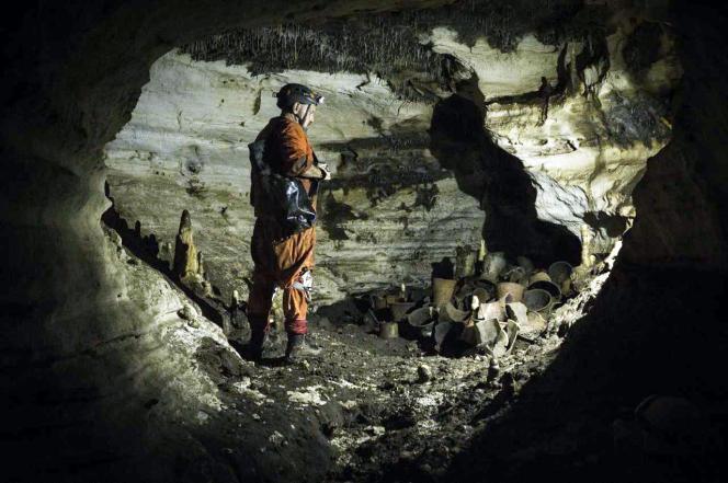 L'archéologue Guillermo de Anda, devant des objets de l'époque précolombienne retrouvés dans une grotte près du site de Chichen Itza, dans le Yucatan, au Mexique, le 19 février.