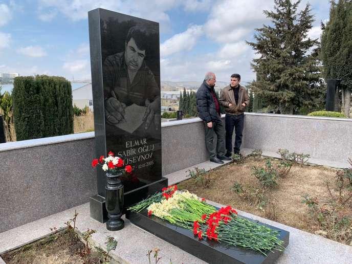 Dès sa libération, samedi 2 mars 2019, Mehman Huseynov (à droite) s'est rendu aux commémorations de la mort d'Elmar Huseynov (sans lien de parenté avec lui), un journaliste tué par le régime le 2 mars 2005.