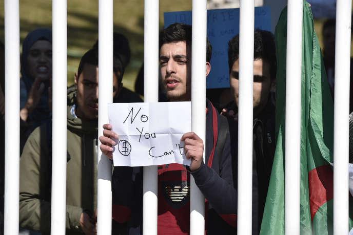 Un étudiant algérien manifeste contre le président Abdelaziz Bouteflika, à Alger, le 3mars 2019.