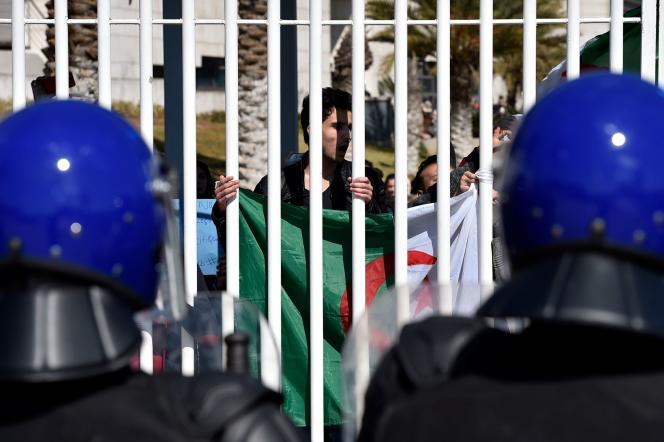 Des étudiants algériens manifestent contre un cinquième mandat du président Bouteflika, devant l'école de médecine d'Alger, le 3 mars.