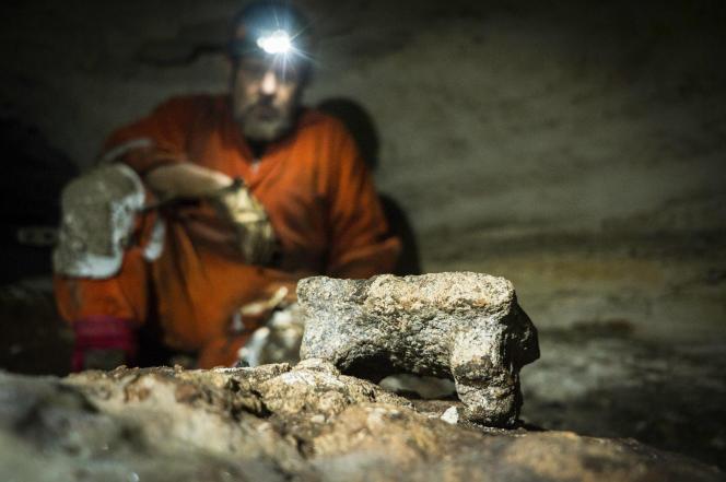 L'archéologue Guillermo de Anda accroupi devant un objet découvert sur le site de Chichen Itza, dans l'Etat du Yucatan au Mexique, le 19 février.