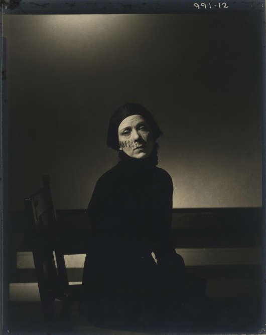 «Cette photographie représente l'actrice Eugenie Leontovich: c'est presque un portrait d'ambiance, où tous les éléments mis en scène participent de cette idée du portrait définit par Nadar de la ressemblance intime. Notons cette lumière noire déposée sur le visage –déjà si sombre– de l'actrice russe: Edward Steichen révèle avec presque rien la psychologie du personnage.»