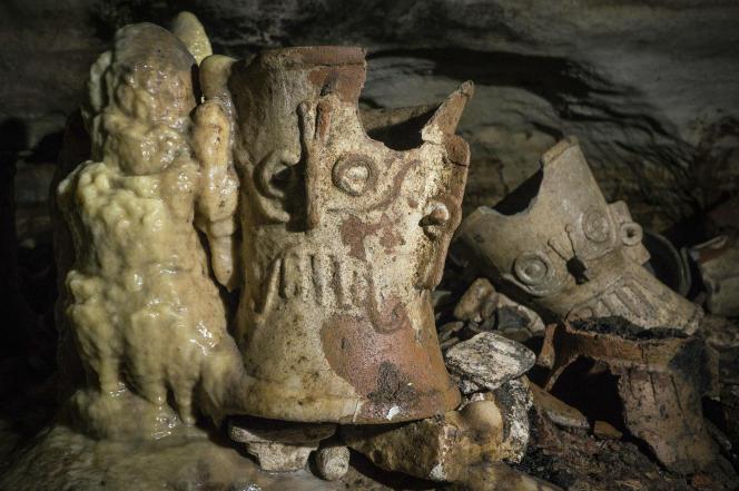 Des objets vieux de plus de mille ans, découverts dans une grotte sur le site maya de Chichen Itza, dans l'Etat du Yucatan au Mexique, le 19 février.