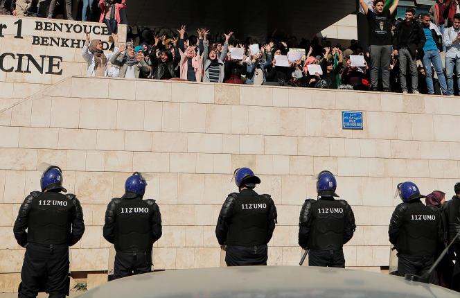 Des étudiants manifestent contre la cinquième candiature d'Abdelaziz Bouteflika à l'élection présidentielle, à l'université d'Alger, dimanche 3 mars 2019.