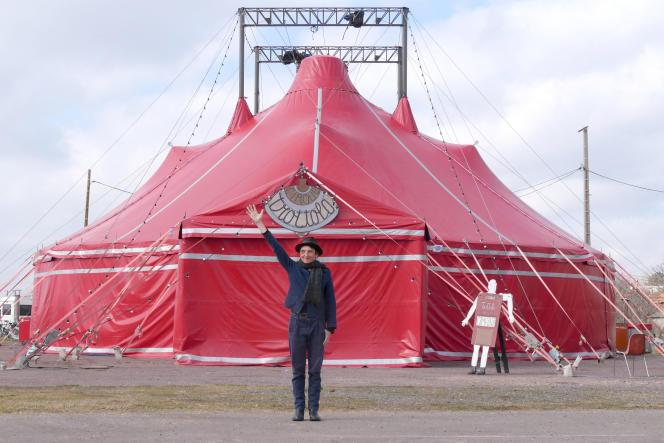 Titoune devant le chapiteau du cirque Trottola.