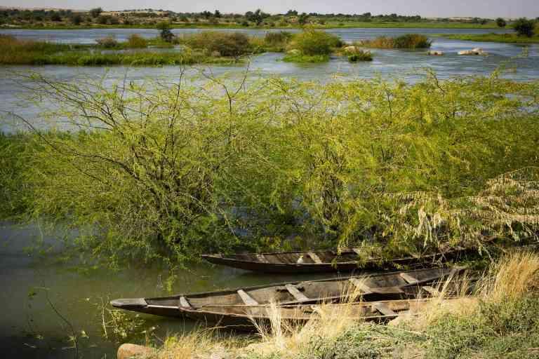 A 3 hueres de routede Niamey . A l'endroit de la construction future du barrage
