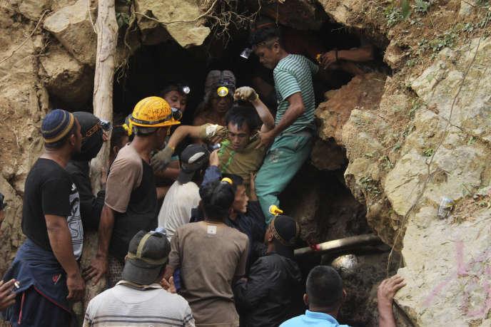 Les autorités indonésiennes disent ne pas savoir combien de personnes ont été enterrées dans l'effondrement de cette mine d'or isolée. Le nombre pourrait atteindre cent personnes.