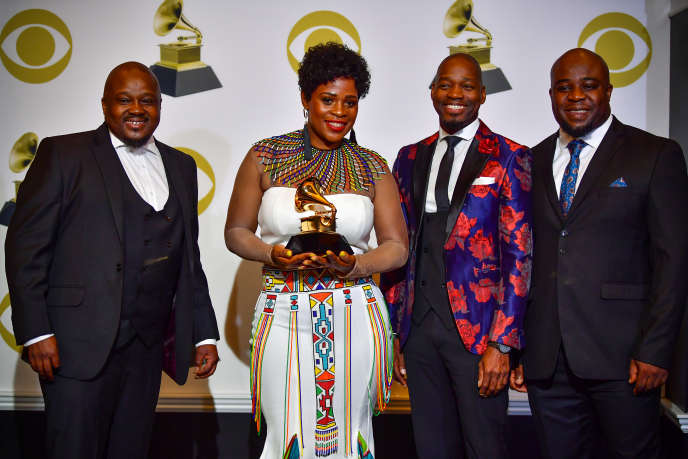 Des membres du Soweto Gospel Choir reçoivent le Grammy Award du meilleur album de musique du monde, à Los Angeles, le 10 février 2019.