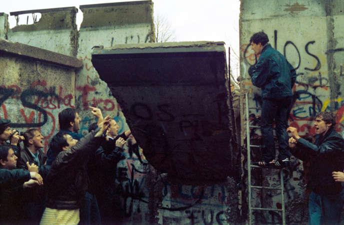 Un brèche s'ouvre dans le mur de Berlin, le 11 novembre 1989.