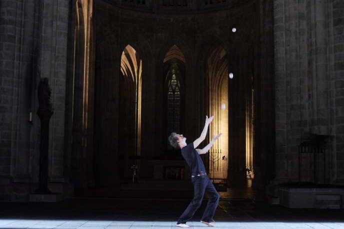 Clément Dazin, de la compagnieLa Main de l'Homme, a joué « Bruit de couloir » dans l'église abbatiale du Mont-Saint-Michel en mars 2016.