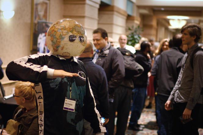 Nathan Thompson à la Flat Earth International Conference, un congrès international de«platistes».
