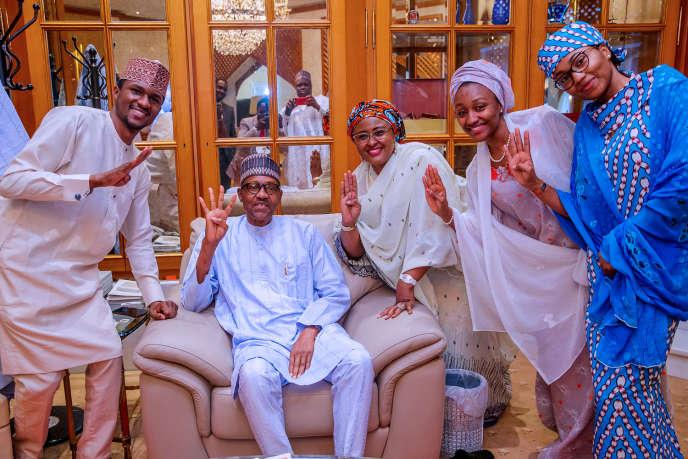 Le président nigérian, Muhammadu Buhari, pose avec des membres de sa famille à Abuja, le 27février 2019, après sa réélection.