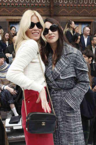 Claudia Schiffer, égérie de Lagerfeld dans les années 1990, avec l'actrice Monica Bellucci.