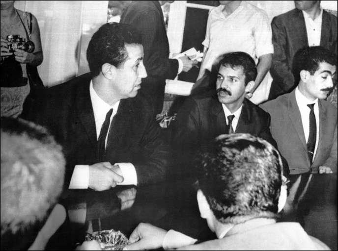 Le président algérien Ahmed Ben Bella (à gauche) avec, à sa gauche, Abdelaziz Bouteflika, ministre des affaires étrangères, le 19 septembre 1963, à Alger, au cours de la présentation à la presse de la nouvelle équipe ministérielle.