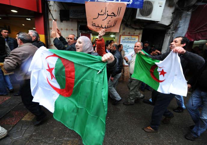 Les manifestants crient des slogans réclamant la fin immédiate du régime du président Abdelaziz Bouteflika, le 12 mars2011, à Alger.