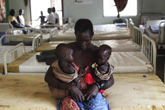 Une mère avec ses deux filles à l'hôpital pour enfants Al-Sabah de Juba (Sud Soudan), le 28novembre 2018.