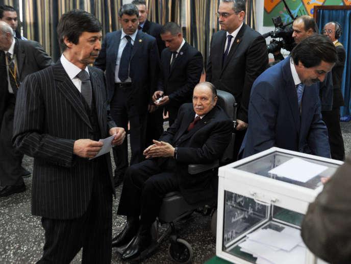 Saïd Bouteflika (à gauche), s'apprêtant à voter devant son frère et président Abdelaziz, lors du scrutin présidentiel du 17 avril 2014, à Alger.