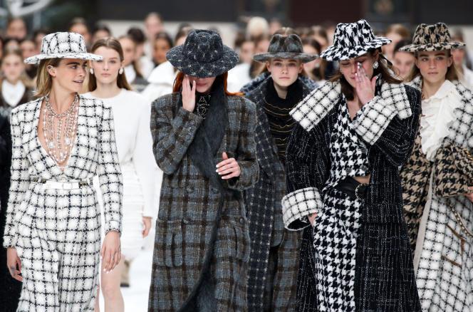 L'actrice Cara Delevingne, égérie Chanel, lors du défilé de la maison française à la Paris Fashion Week, le 5 mars.