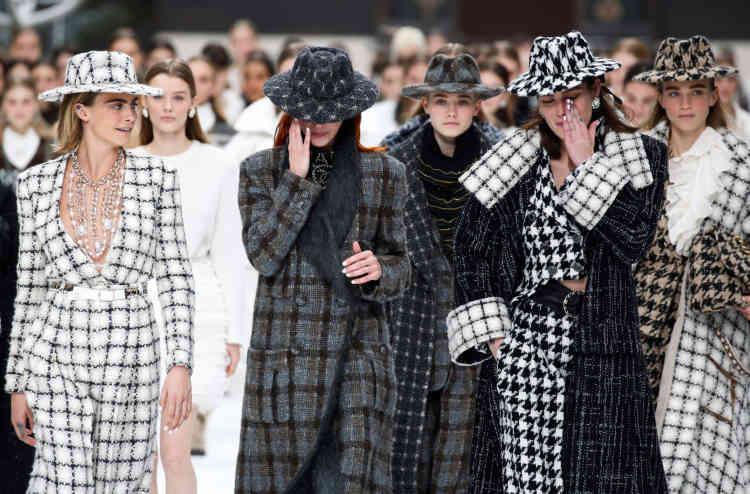 Fort en émotion, le défilé a été l'occasion pour Chanel de rendre un hommage discret au dernier des géants de la haute couture, qui n'a pas voulu de cérémonie officielle après sa mort.