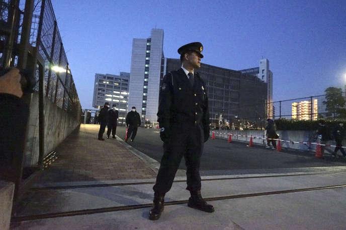 Un policier japonais, le 5 mars, devant le Centre de détention où est emprisonné Carlos Ghosn, à Tokyo.