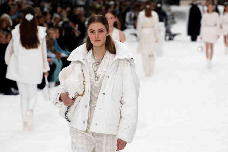 Le blanc a dominé cette collection sous le signe de la neige, signée de Karl Lagerfeld et de Virginie Viard, qui lui succède.