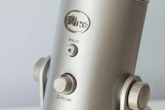 La façade du Yeti, avec le bouton« silencieux» lumineux et le contrôle du volume de la sortie casque.