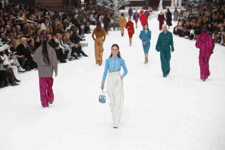Face à un public nombreux, les mannequins ont défilé dans le décor d'une station de ski, avec chalets en bois et flocons.