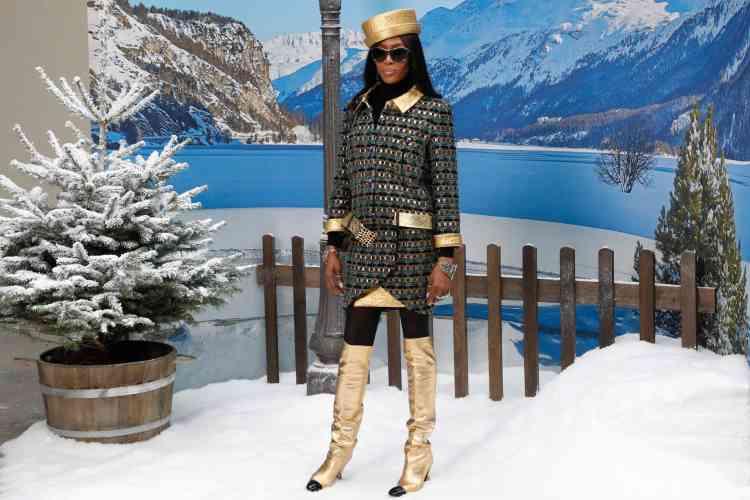 La mannequin Naomi Campbell pose pour les photographes avant le défilé Chanel.