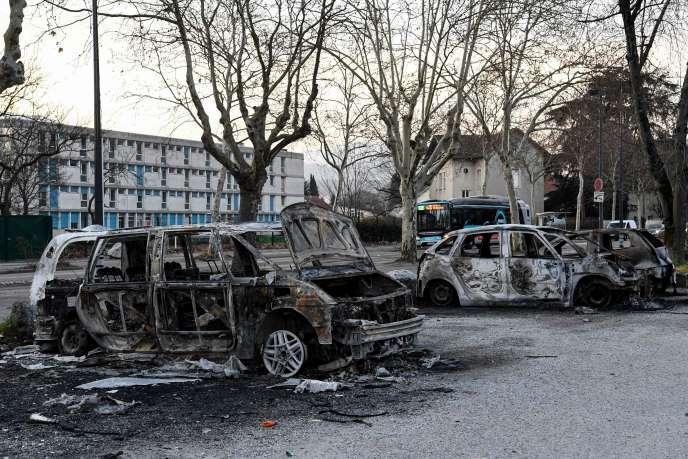 Des voitures incendiées dans la rue où des échauffourées ont éclaté dans la nuit du4 au 5mars, à la suite du décès de deux jeunes poursuivis par la police, le 2 mars, à Grenoble.