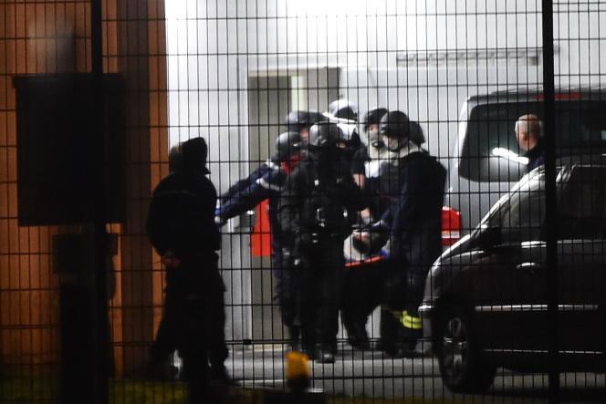 Des forces de sécurité évacuent l'un des blessés après l'attaque dans la prison de Condé-sur-Sarthe, le 5 mars.