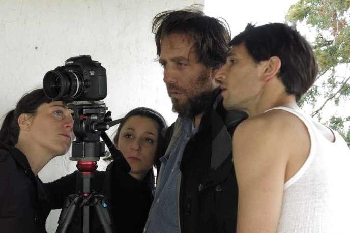 Le réalisateur argentin Mariano Llinas (au centre) sur le tournage de son film« La Flor».