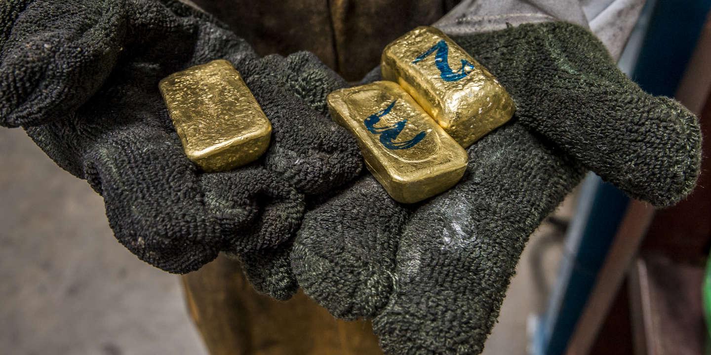 Dans l'atelier, trois lingots apportés par un client la veille sont récupérés par Pascal SSERUNJOGI, l'ouvrier chargé de la première fonte. Le but de celle-ci est de séparer les impuretés de l'or.