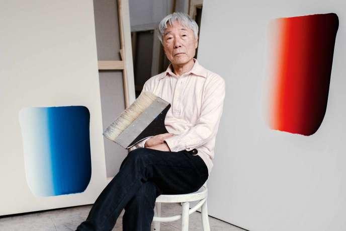 Lee Ufan et ses œuvres «Dialogues» (2018) dans son atelier, à Paris, le 8 février 2019.