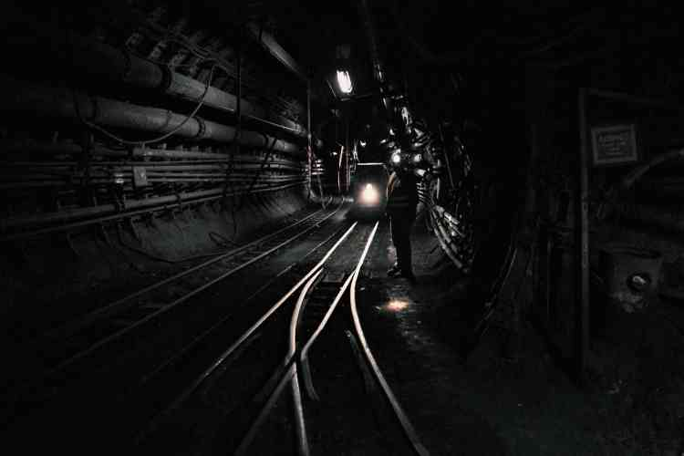 Une galerie souterraine que les mineurs étaient parfois obligés d'emprunter à pied, dans le bruit et la boue.