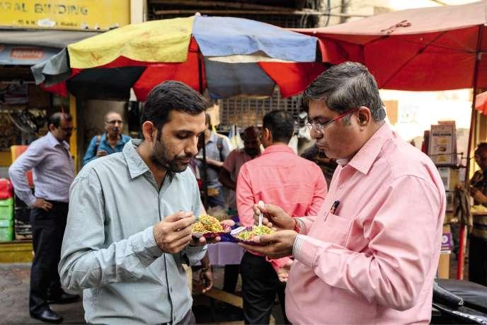 Sur Dalal Street, à Bombay, une multitude de stands proposent des en-cas salés confectionnés à partir de puri, le pain azyme local.