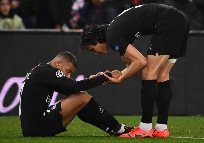 Edinson Cavani et Kylian Mbappé après l'élimination du PSG face à Manchester.