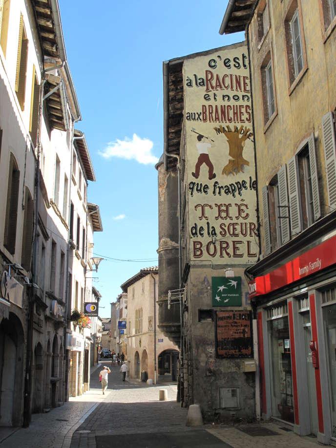 Tournus (Saône-et-Loire), les 5 916 habitants ont le choix pour faire leurs courses : quelque cent vingt commerces de proximité, quatre grandes surfaces – Auchan, Carrefour Market, Lidl et Aldi. Pourtant,« avec un taux de vacance commerciale de 22 %, le centre-ville est en souffrance»,assure Bertrand Veau, l'actuel maire de la ville.