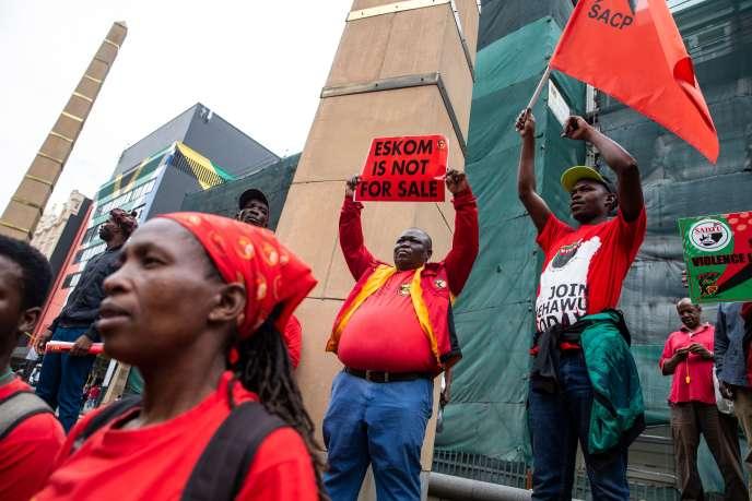 Des membres de l'alliance syndicale sud-africaine Cosatu manifestent contre le démantèlement d'Eskom, à Johannesburg, le 13 février.