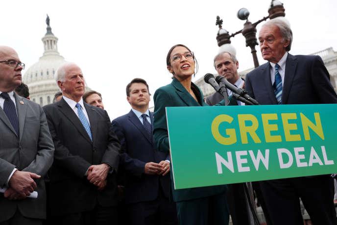 """Демократичният представител Александрия Окасио-Кортез и сенаторът демократ Ед Марки защитават """"нова зелена сделка"""" във Вашингтон, 27 февруари 2019."""