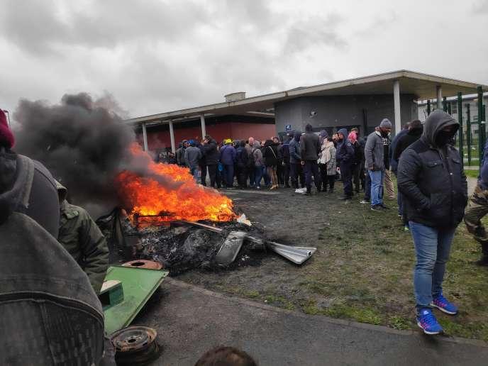 Une centaine de surveillants bloquent la maison centrale de Condé-sur-Sarthe, près d'Alençon (Normandie), le 6 mars 2019.