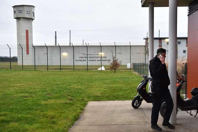 Devant le centre pénitentiaire d'Alençon-Condé-sur-Sarthe, le 6 mars.