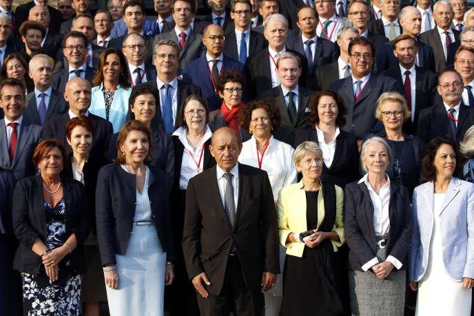 Le ministre des affaires étrangères Jean-Yves Le Drian (au centre) pose avec les ambassadeurs et ambassadrices réunis pour leur conférence annuelle, le 29 août 2018 à Paris.