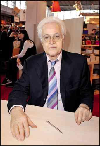 Il faisait semblant. Défait par Jacques Chirac en 1995 et éliminé dès le premier tour en 2002 après cinq ans de cohabitation, Lionel Jospin a pris sa retraite politique. Depuis, entre coups de main discrets au PS et livres confidentiels, il mène une vie sans éclat. A l'exception, bien sûr, de cette cravate club (les cravates aux rayures inclinées sont toujours des cravates club) signant de toute évidence l'appartenance au cercle très couru des hommes ne sachant pas choisir leur cravate (info pratique : une cravate marine en grenadine de soie ou en tricot de laine règle de nombreux problèmes).