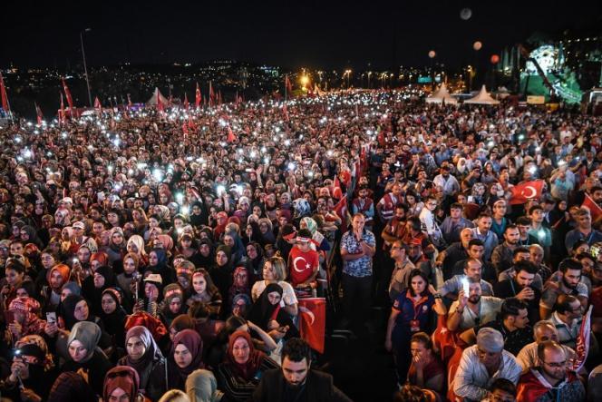 Le 15 juillet 2018, une foule commémore le deuxième anniversaire du coup d'Etat manqué de 2016, près du « Pont-des-martyrs-du-15-juillet», à Istanbul.