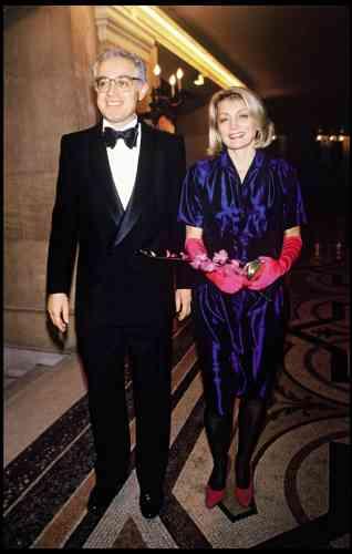 Lionel Jospin est désormais député de Haute-Garonne, premier secrétaire du PS et intime de François Mitterrand, qui le reçoit régulièrement à l'Elysée, à l'aube, pour des petits déjeuners stratégiques. Avant que, le soir venu, Lionel ne s'encanaille dans des soirées mondaines, vêtu d'un magnifique smoking croisé à col châle, taillé comme il se doit dans un lourd grain de poudre (plus de 400 g à vue d'œil). Moralité ? Les journées sont longues quand on fait de la politique.