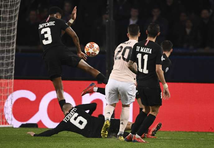 Presnel Kimpembe, au centre, touche le ballon du bras droit lors du huitième de finale de la Ligue des champions, à Paris, le 6 mars2019.