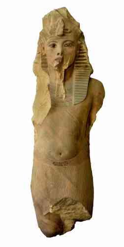«Cette statue colossale (d'un peu plus de cinq mètres à l'origine) est traditionnellement associée à Toutankhamon, bien qu'elle ait semble-t-il été usurpée par son successeur Aÿ, avant que le pharaon Horemheb ne se la réapproprie en faisant inscrire son nom dessus. Les traits juvéniles du pharaon, avec ses joues rondes et sa bouche aux lèvres pleines, rappellent bien les représentations de Toutankhamon, car ceux-ci furent repris, à quelques détails près, par ses successeurs Aÿ et Horemheb.»